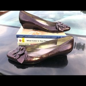 Pearlized Anne Klein Wedge Size 9M (Like New)
